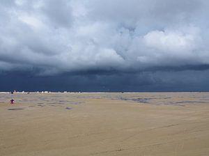 Een strand met storm op komst