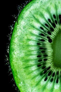 Gros plan détaillé d'une tranche de kiwi frais sur un fond noir. sur Dafne Vos
