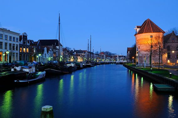 Thorbeckegracht in Zwolle in de avond met de Wijndragerstoren