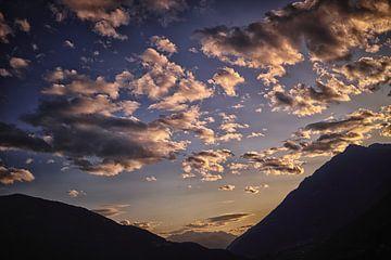 Wolken mit Berglandschaft von Hans van Oort