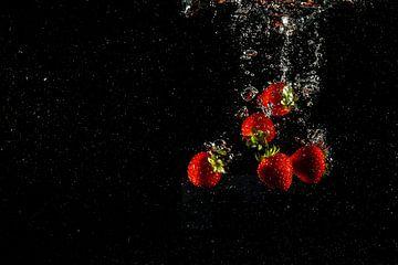 Frische Früchte im Wasser mit Tropfen von Fotografiecor .nl