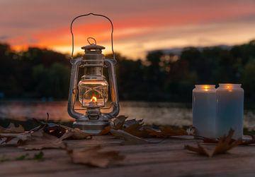 Vuurhandje met kaarsen in de herfst van Marc-Sven Kirsch