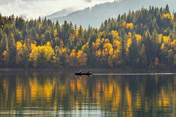 Roeibootje op een meer,  bos in herfstkleuren, Canada van Jille Zuidema