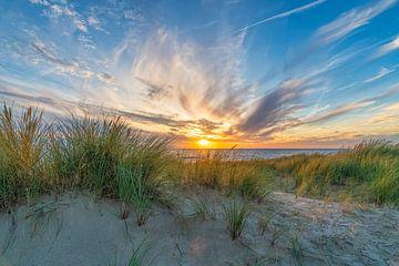 Sonnenuntergang mit den Dünen und der Nordsee von eric van der eijk