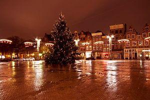 Stadsgezicht De Nieuwmarkt in kerstsfeer in Amsterdam Nederland bij avond