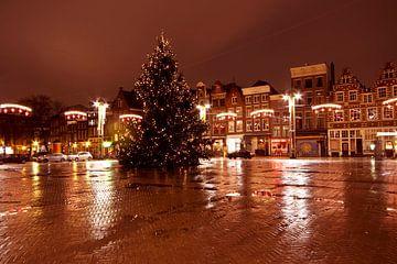 Stadsgezicht De Nieuwmarkt in kerstsfeer in Amsterdam Nederland bij avond van Nisangha Masselink