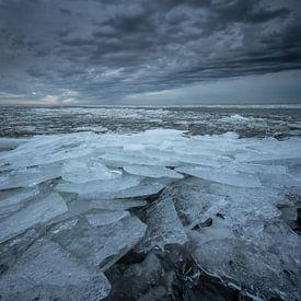 Regen über einem zugefrorenen IJsselmeer von Peter Haastrecht, van