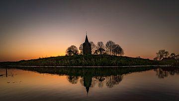 De oude toren Oosterwierum in de avond zon. van piet douma