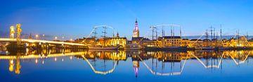 Skyline van de Hanzestad Kampen aan de rivier de IJssel in de avond van Sjoerd van der Wal