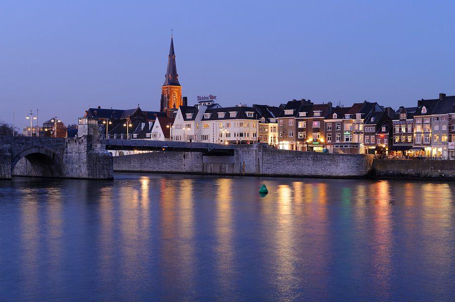 Sint Servaasbrug en Wyck op de Oostelijke Maasoever in Maastricht in de avond