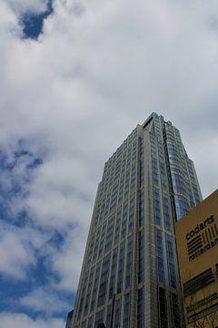 Gebouw met mooie ramen en een mooie lucht te Rotterdam van Maarten de Jong