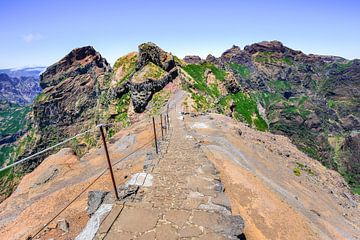 Wanderweg hoch in den Bergen mit Abgrund auf Madeira in Portugal von Ben Schonewille