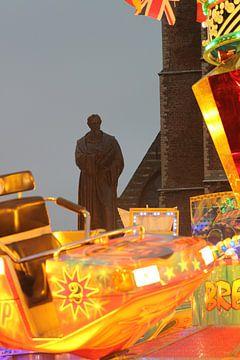 """Delft, Standbeeld Hugo de Groot op kermis bij Nieuwe Kerk, """"Where am I?"""" sur Anita Bastienne van den Berg"""