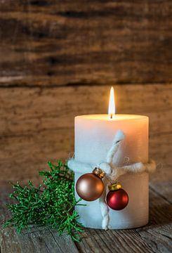 Kerstmis en Advent kaars decoratie op houten achtergrond van Alex Winter