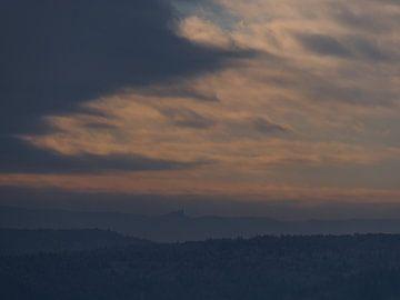 Silhouet van kasteel Hohenzollern boven de donkere uitlopers van de Schwäbische Alb met opklarende h van Timon Schneider