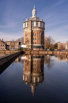 Weerspiegeling van historische watertoren in een wijk in Rotterdam, Nederland