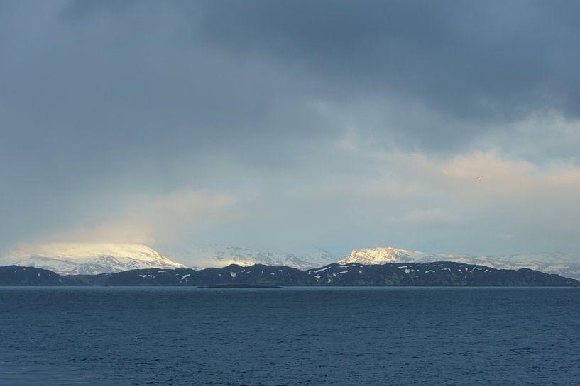 Besneeuwde bergtoppen in Noorwegen van Capture the Light