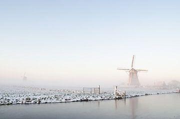 Paysage de moulins à vent d'hiver blanc avec neige et glace en Hollande sur iPics Photography