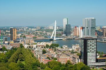 Rotterdam met de Erasmusbrug vanuit de Euromast. van