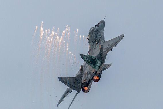 MIG29 Poolse luchtmacht met flares van Joram Janssen