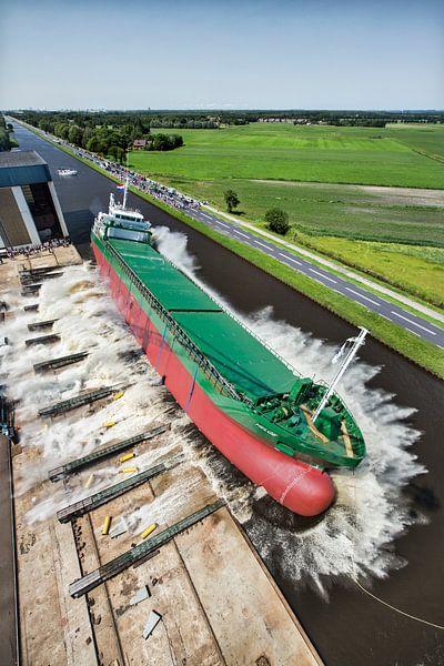 Luchtfoto van tewaterlating van schip van Frans Lemmens