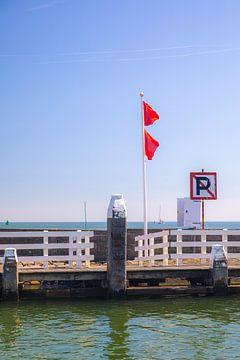Jachthaven Vlieland | Twee rode vlaggen van Vlielandplaatjes