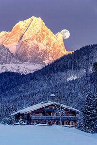 Volle maan met Alpenglühen van