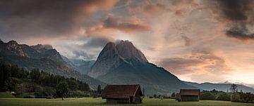De Zugspitze bij een prachtige zonsondergang