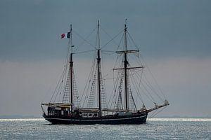 Zeilschip op weg naar zee van