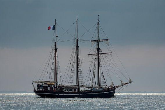 Zeilschip op weg naar zee