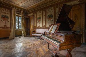 Muzikaal hoekje in verlaten chateau van