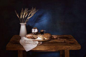 Stilleven met brood,eieren,koren en koffie. van Saskia Dingemans