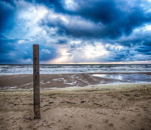 Strandpaal tijdens een stormachtige dag