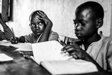Konzentration auf das Lernen in einem Klassenzimmer in Uganda von Milene van Arendonk