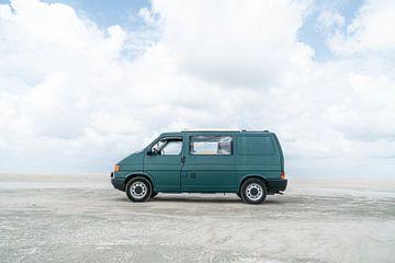 Mijn busje op het strand. van Axel Weidner