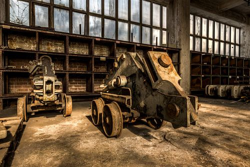 Vervallen oude machines van een verlaten kolenmijn in duitsland van Sven van der Kooi