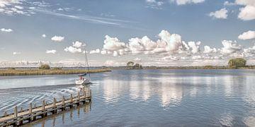 Het Friese waterlandschap en een zomerse wolkenlucht van Harrie Muis