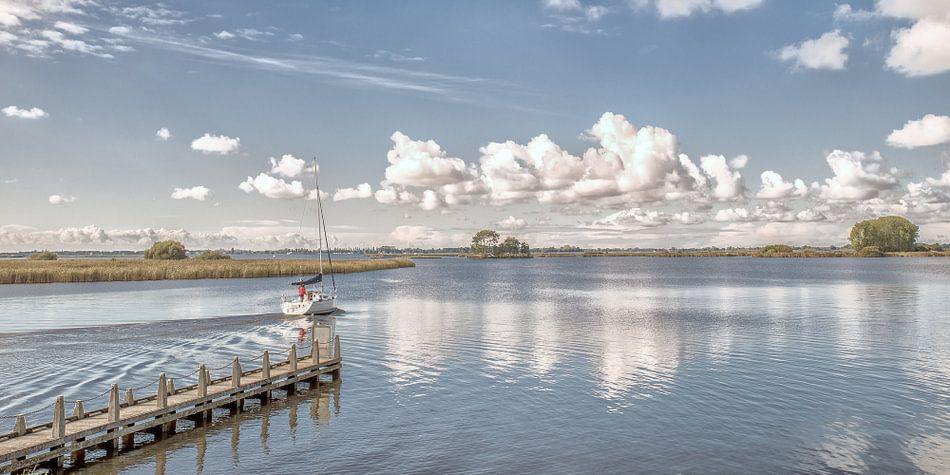 Het Friese waterlandschap en een zomerse wolkenlucht