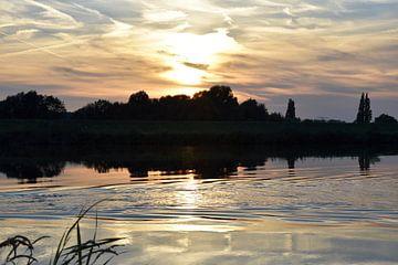 zonsondergang op de rivier van Marcel Ethner