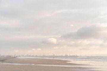 Maasvlakte en Hoek van Holland: schilderachtige lucht en surfers bij zonsondergang van Laura-anne Grimbergen