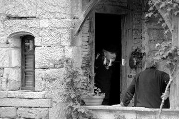 Oudere man in de deuropening von Maren Oude Essink