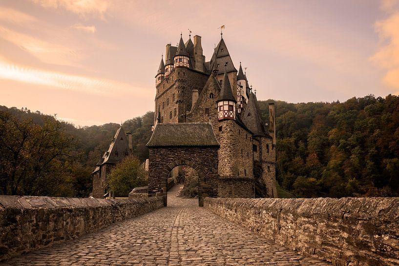 Kopfsteinpflasterstraße in Richtung zur Burg Eltz im Morgenlicht von iPics Photography