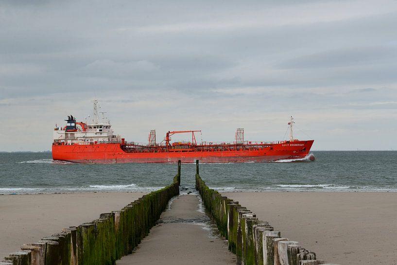 tanker vlak langs de kust van Petra De Jonge