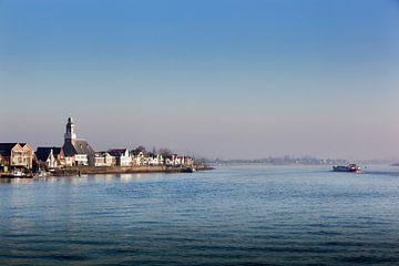 Het dorp Lekkerkerk aan de rivier de Lek van Peter de Kievith Fotografie