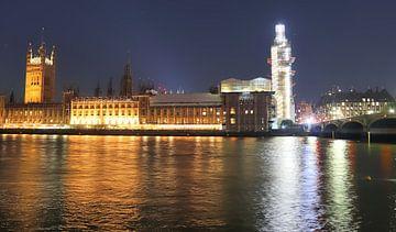 Nachtbild der Skyline von London mit Spiegelungen auf der Themse - Geschäftsviertel mit vielen bunte von MPfoto71