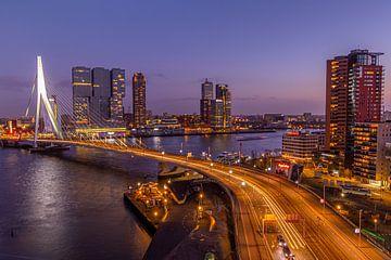 Skyline Rotterdam während der blauen Stunde von Eddie Visser