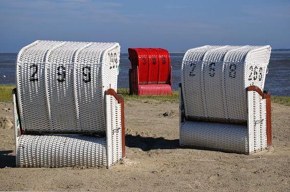 Rode en witte strandstoelen op de Duitse Wadden van Alice Berkien-van Mil