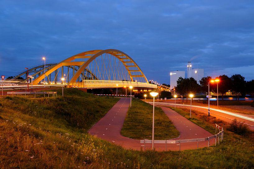 De Hogeweidebrug en de Douwe Egberts fabriek in Utrecht van Donker Utrecht