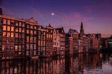 Amsterdamse grachten onder maanlicht. van Marleen Kuijpers