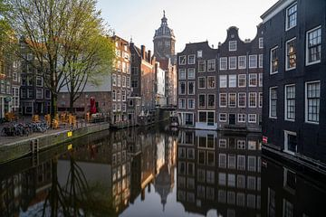 Amsterdam - grachtenpanden met St Nicolaaskerk von Thea.Photo
